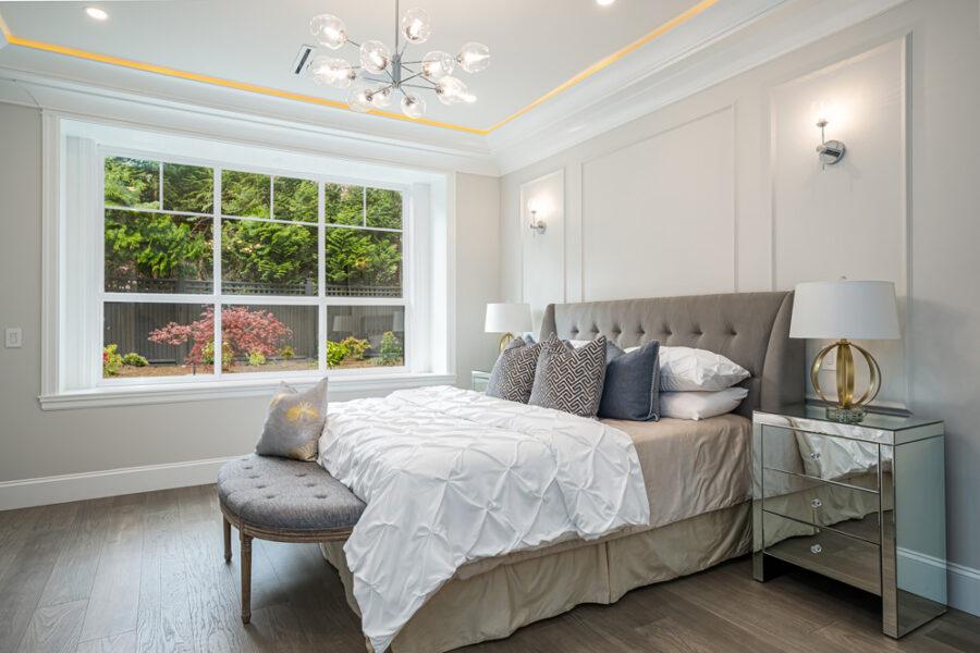 5 Bed + 5.5 Bath, West Elgin Estate: 5000 ft² / Lot Size: 14200 ft²